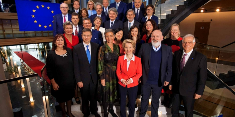 Group photo of the Commission of Ursula von der Leyen #vdLcommission